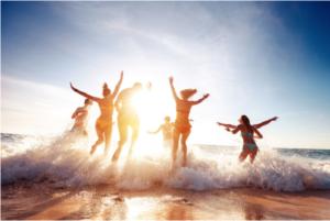 Qui dit séjour dans une station balnéaire dit belle vue sur la mer… Faites le tour de notre sélection de logements pour trouver le prochain QG des vacances ! Pour admirer le coucher de soleil ou se prélasser lors des journées très chaudes, nos logements sont parés pour tous vos prochains souvenirs à la mer !